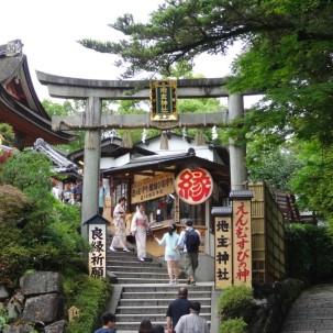 13-06-2016_templo-kiyomizu_torii-gate-of-jishu-jinja_kyoto